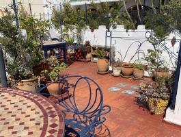 1 er prix pour cette charmante petite maison dans la Kasbah . Très belle terrasse , idéalement placée .